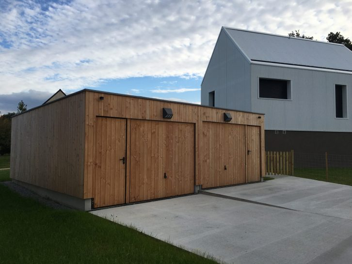 Portes de boxes basculantes avec bardage bois