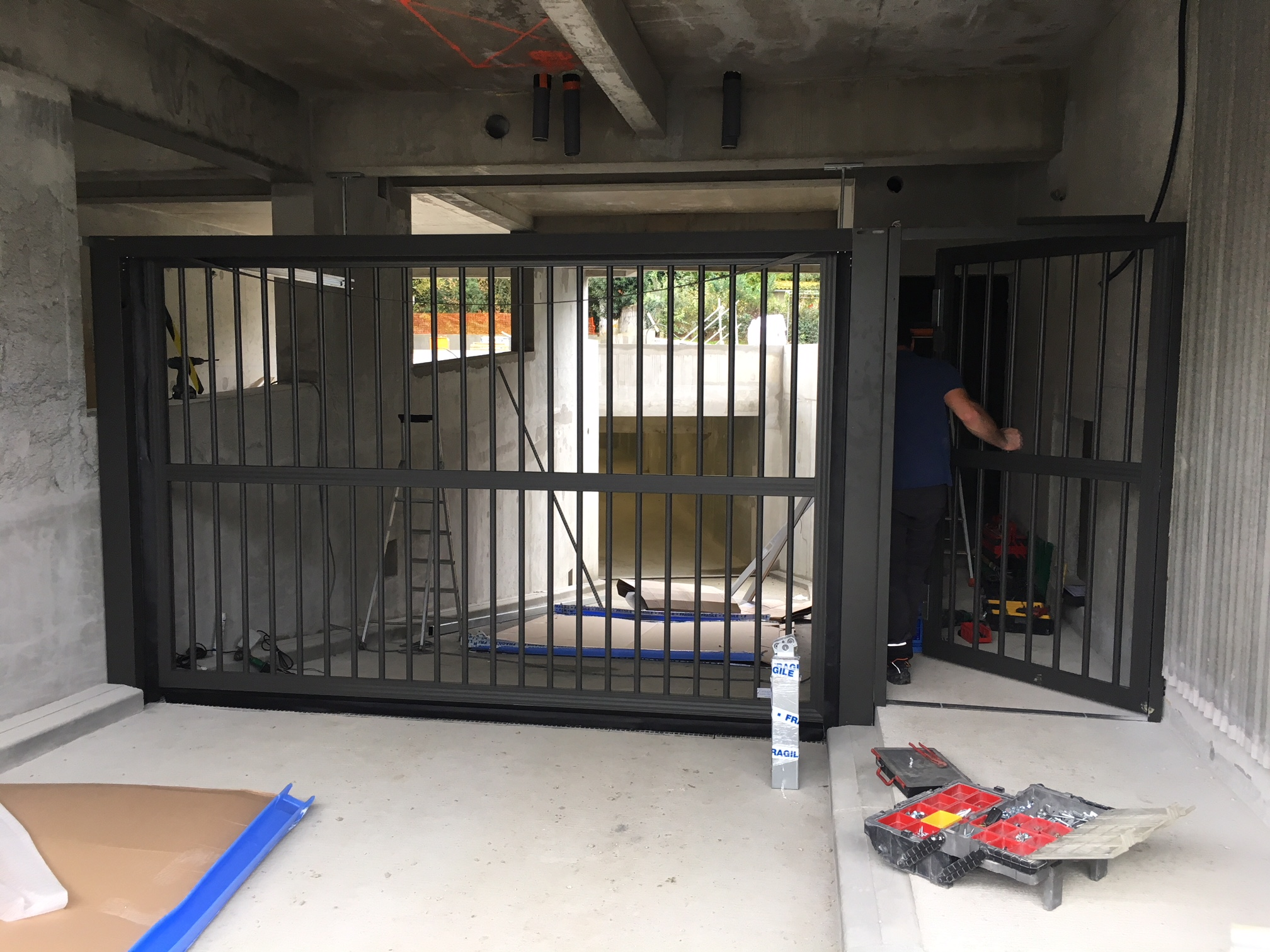 Chantier Green Parc : Installation d'une porte automatique de garage SAFIR Intro et d'un portillon