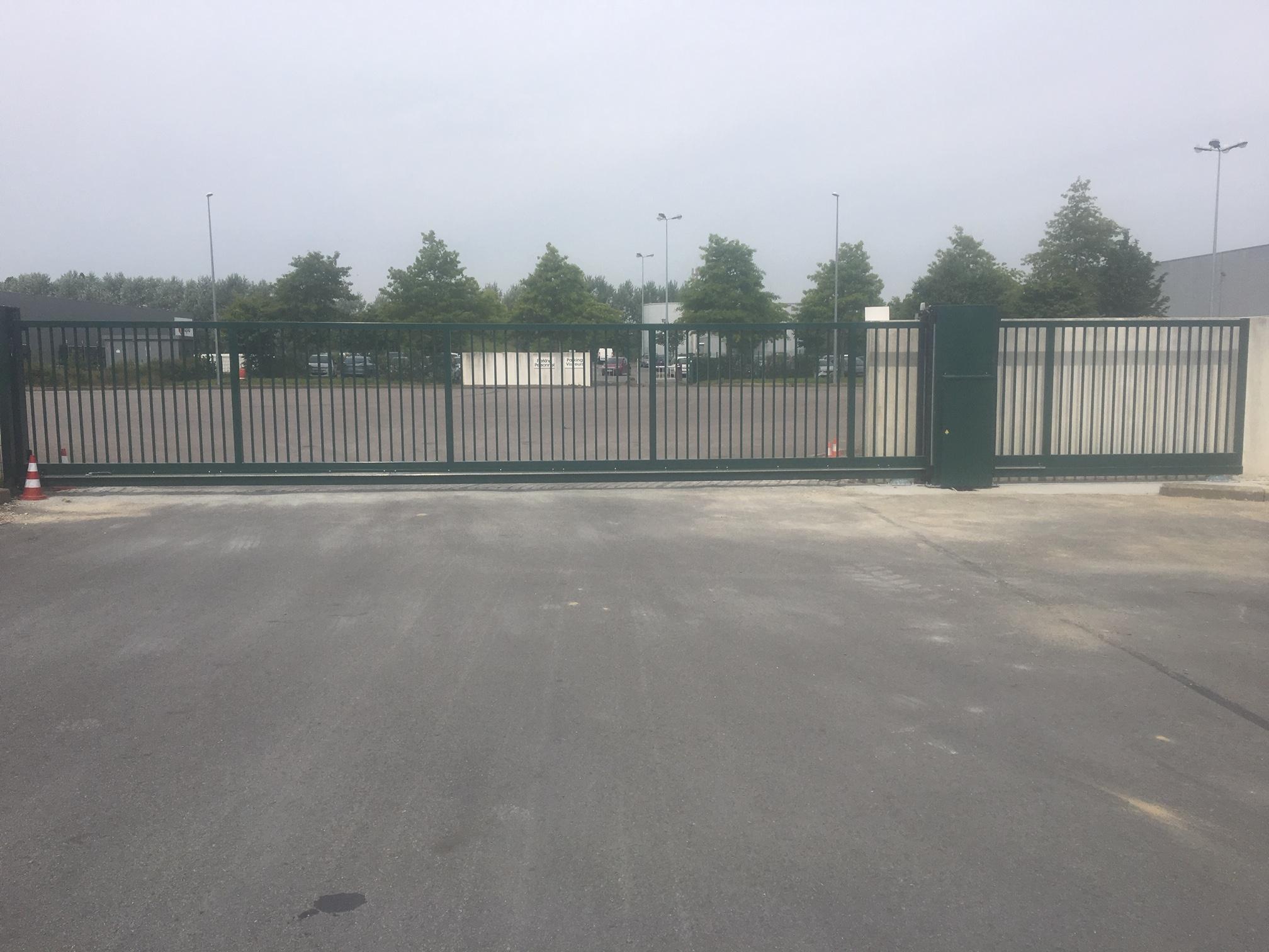 [Vidéo] Installation d'un portail coulissant autoportant de 14m