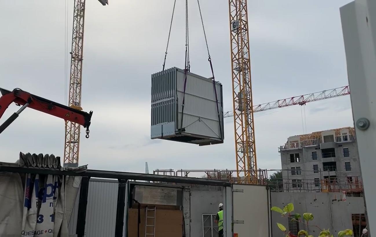 You are currently viewing [VIDEO] Livraison des portes de boxes par grue
