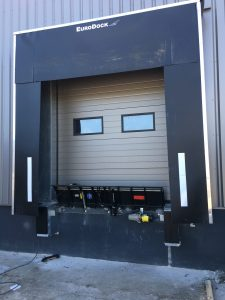 [VIDEO] Installation d'un mini-quai niveleur pour un transporteur
